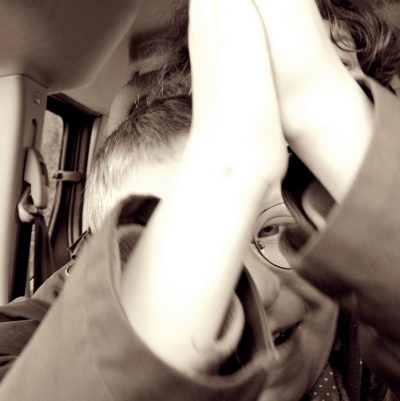 eine Lieblingsbeschäftigung unseres behinderten Sohnes: im ausgeschalteten Auto auf Mutters Schoß sitzen und Musik hören